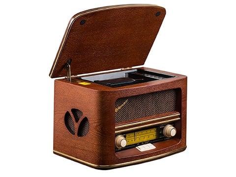 Radio antigua de madera con tapa