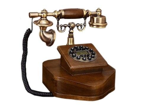 Teléfono antiguo de madera y cobre