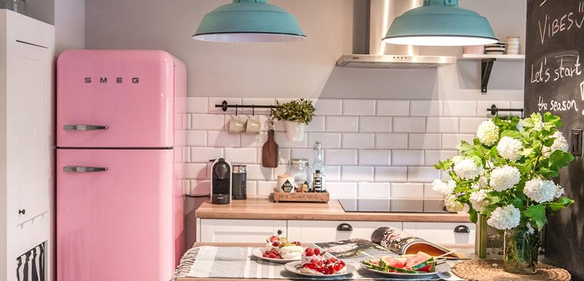 Cocina con frigorífico Smeg rosa