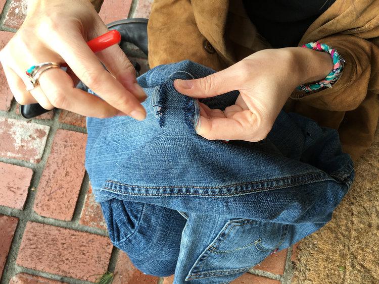 Cómo desgastar unos pantalones vaqueros